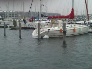 Eiszapfen an den Heckleinen der Boote