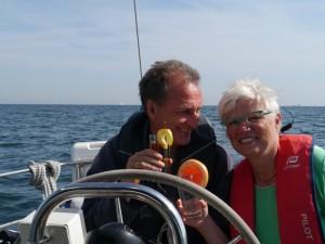 Gemütliche Überfahrt nach Norderney: Clara verwöhnt uns mit kühlen Getränken